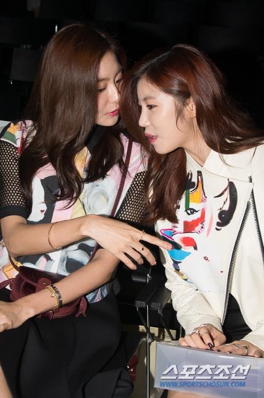 Photo of Uee and Jeon Hyo Sung at Seoul Fashion Week