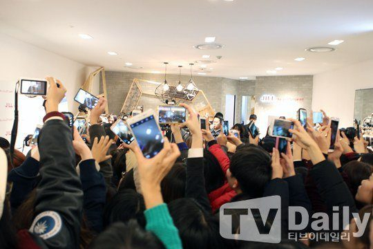 """""""Photo Event with Krystal"""" at Hyundai Department Store"""