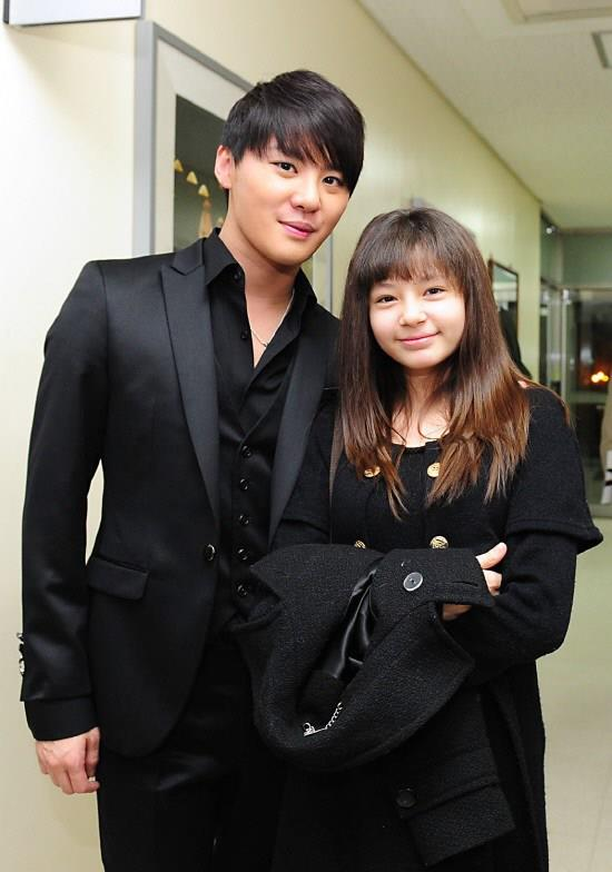 A picture of Shannon and Junsu meeting backstage.