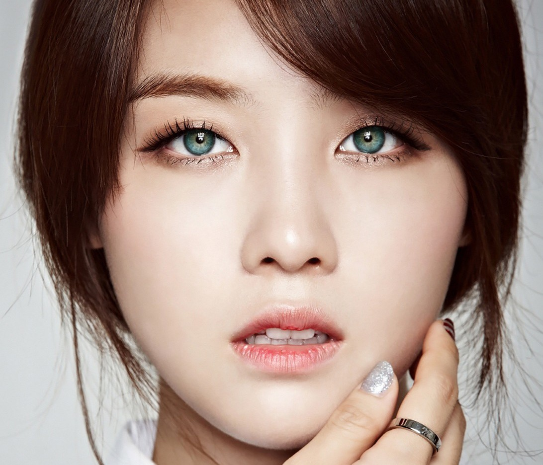 12 Photos Reveal How Idols Would Look With Blue Eyes