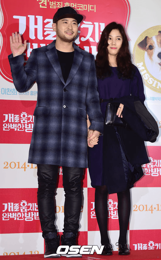 Mithra Jin seen holding hands with his girlfriend. (Source: OSEN)
