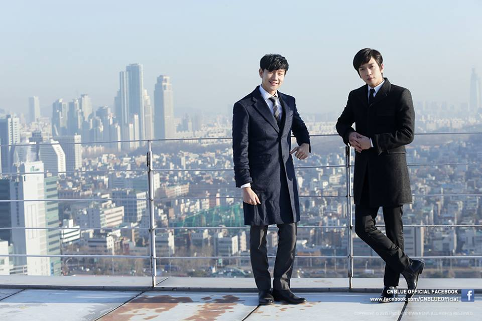 JJ Lin and Yonghwa atop a building
