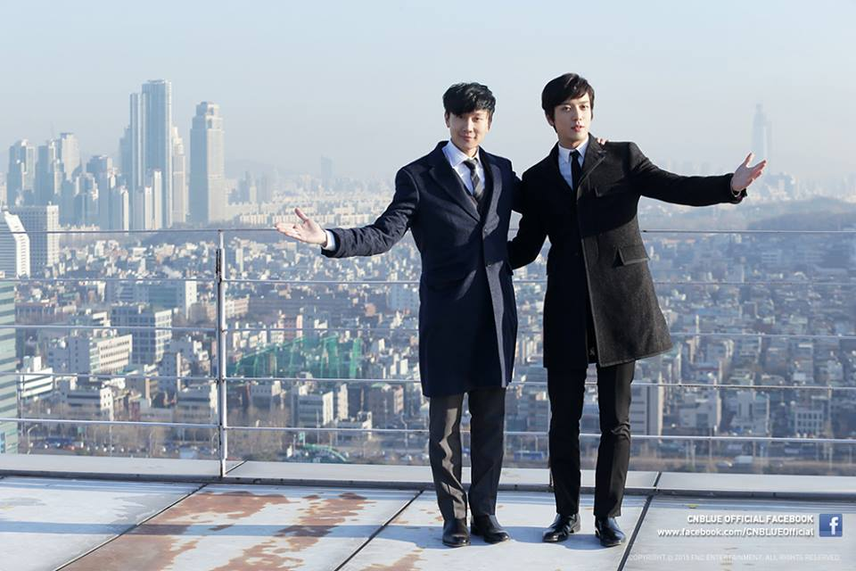 JJ Lin and Yonghwa show their closeness with open arms