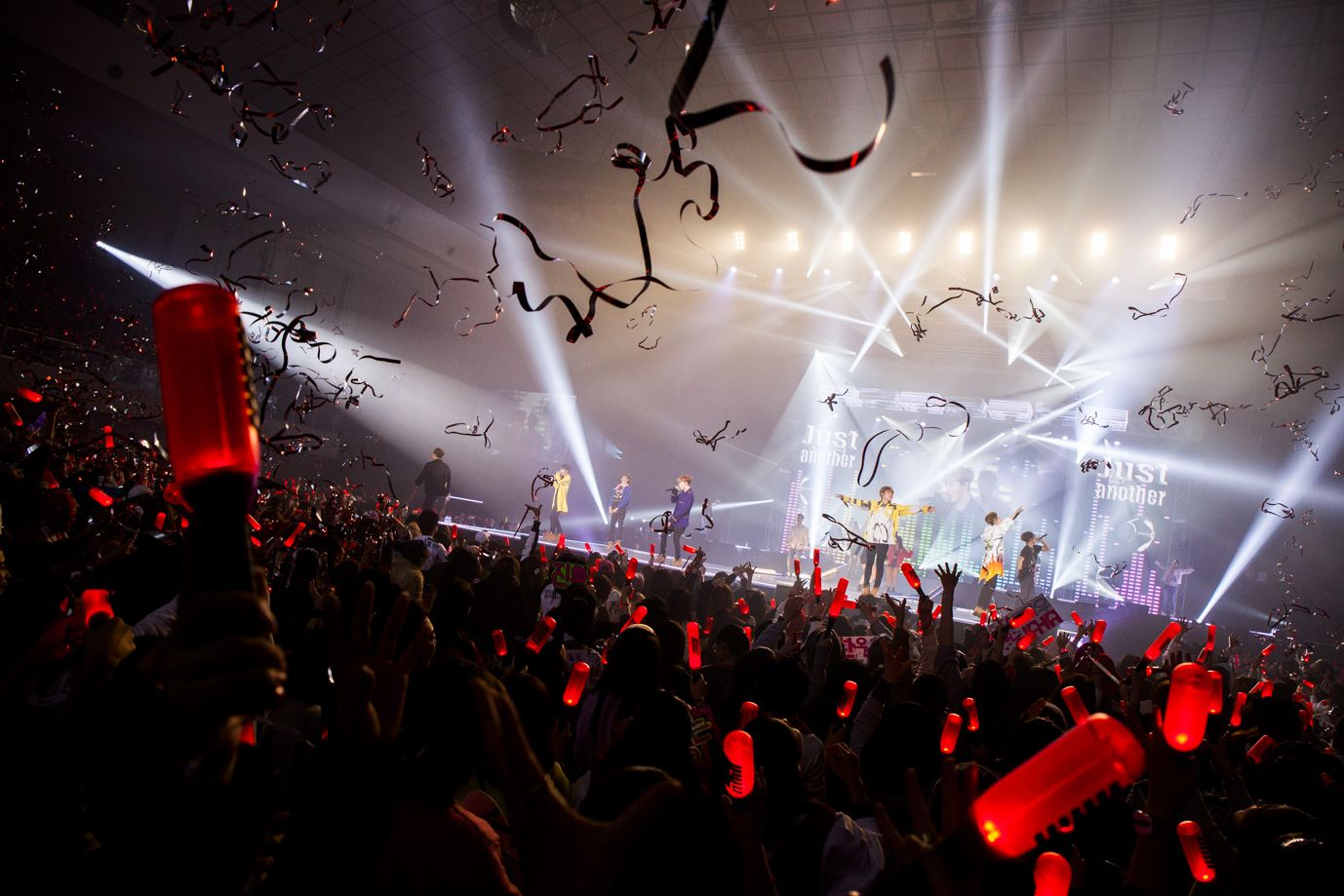 Image: iKONCERT 2016 SHOWTIME TOUR IN JAPAN / YG Entertainment