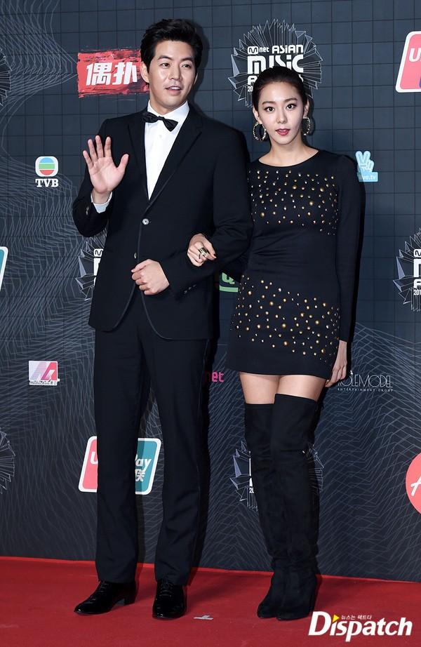 "Image: Lee Sang Yoon and Uee at ""MAMA 2015"" / Dispatch"