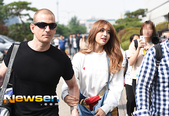 "Image: Father-daughter Matthew Douma and Jeon Somi walking to ""Happy Together 3"" recording / Newsen"