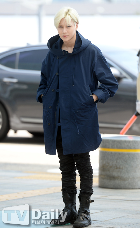 Image: Taemin heading inside the Incheon International Airport from the departure area to go to Milan / TV Daily