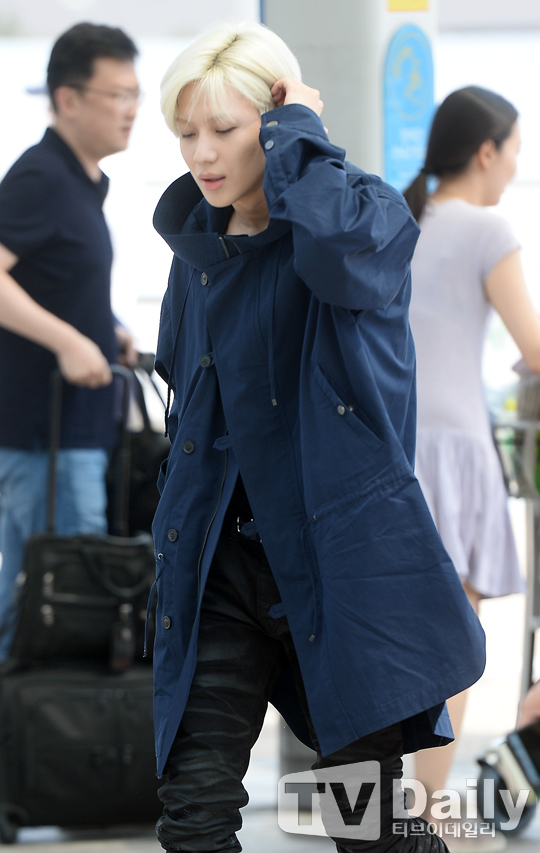 Image: Slicking back his hair as he walks towards the departure entrance at the Incheon International Airport / TV Daily