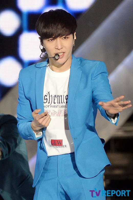 Image: EXO's Lay performing on stage / Photo taken by TV Report