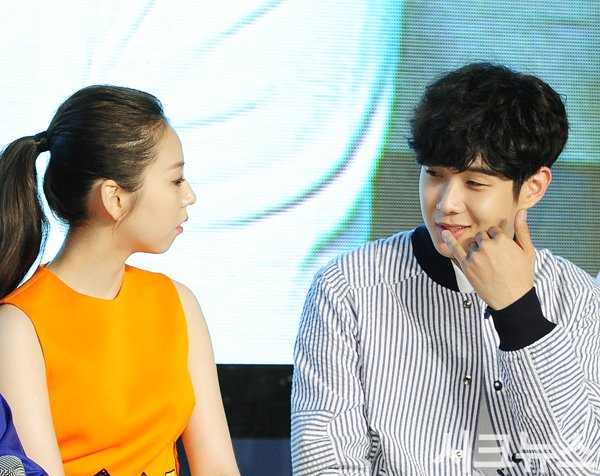 Image: Sohee and Choi Woo Sik speaking quietly together on stage