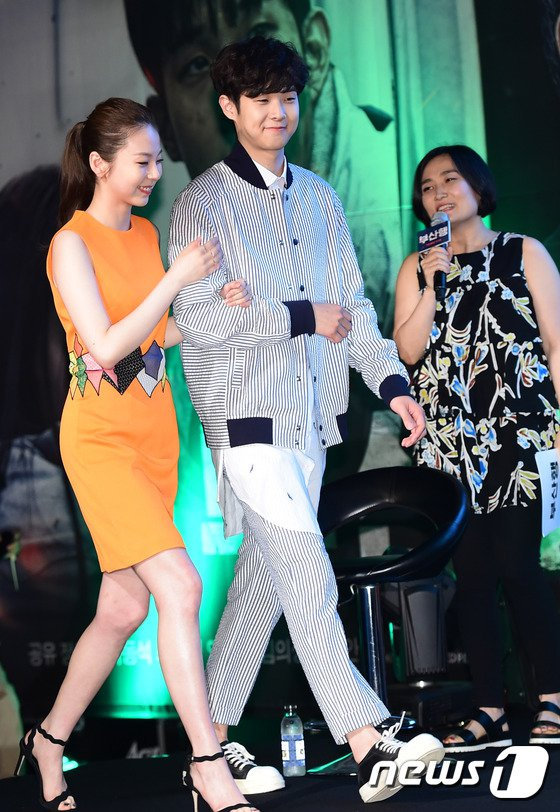 Image: Sohee holds on to Choi Woo Sik's arm as they walk up stage together