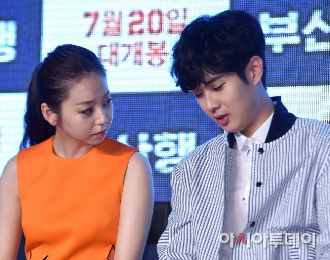 Image: Sohee and Choi Woo Sik in mid-conversation