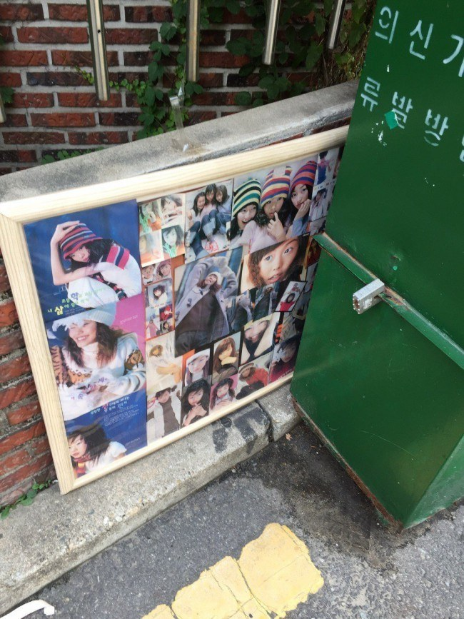 Image: Photo of a fan discarding his collage of actress Kim Min Hee