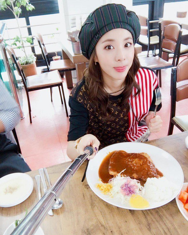 "Image: Enjoying some lunch on her ""Date with fans"" / @daraxxi"