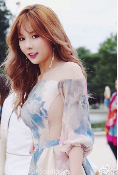Image: Fan taken photo of Hyuna attending Paris Fashion Week (2016)