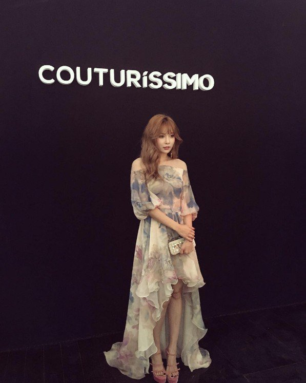 Image: Hyuna posing at the red carpet for Couturissimo during Paris Fashion Week (2016)