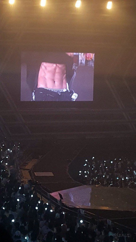 EXO's Chanyeol - public display of abs at concert - Instiz - http://www.instiz.net/pt/3966510
