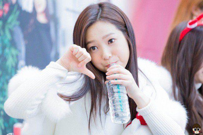 Image: Fan taken photo of APRIL's Yena during a fan meet