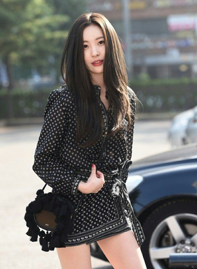 Image: Looking lovely as Sunmi walks across the lot to go inside the KBS building