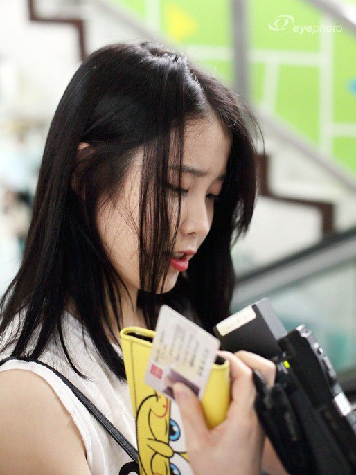 Image: IU accidentally flashing her identification card to fans