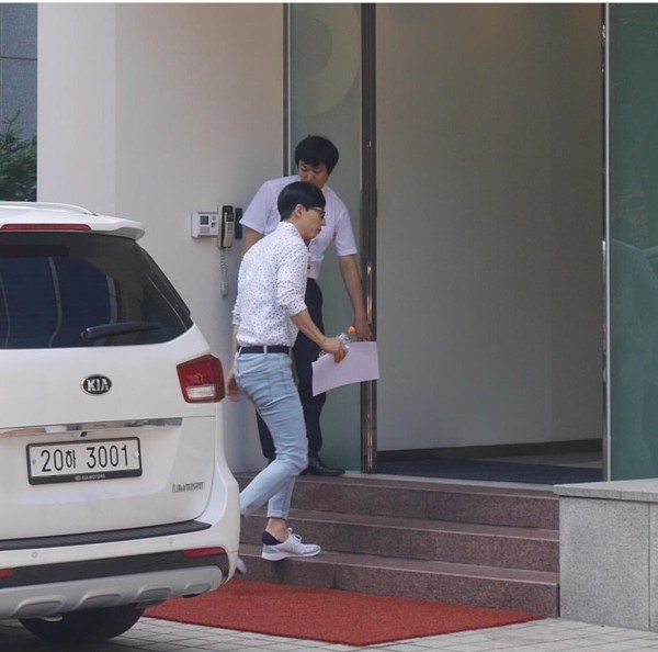 Fan-taken photo of Yoo Jae Suk entering the SM Entertainment building located in Chungdam, Seoul on August 11, 2016.