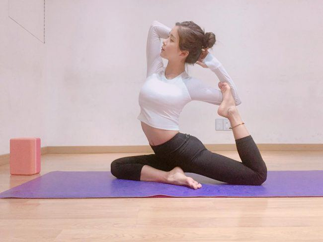 Image: Rainbow's Hyunyoung in a yoga position / @cho_hyunyoung