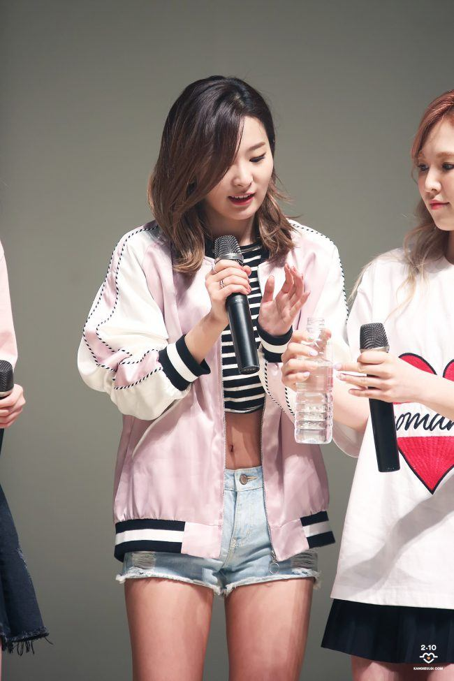 Image: Seulgi wearing another light pink bomber matched with jean shorts and a crop top during an event / Taken by fan site kangseulgi.com