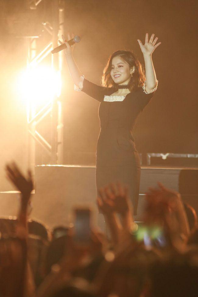 Image: Lee Hi waving to fans at her Hong Kong showcase / YG Entertainment