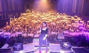 Image: Lee Hi taking a group photo with her fans at Hong Kong showcase / YG Entertainment