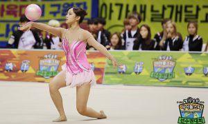 Image: Cosmic Girls' Cheng Xiao during Rhythm Gymnastics on Idol Star Athletics Championships 2016 / MBC