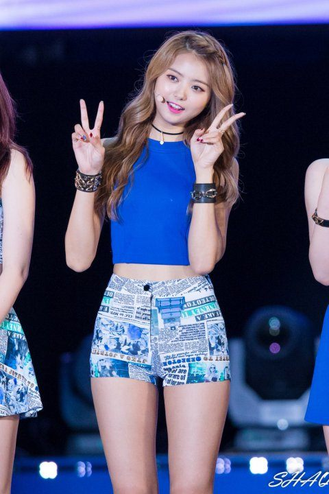 Image: Nayoung greeting fans from the stage / Fan taken, credited as tagged