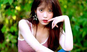 Image: IU giving an alluring look for her 8th anniversary photo shoot / LOEN Tree