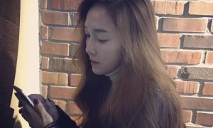 Image: Jessica spotted using Instagram on her phone / jessica.syj
