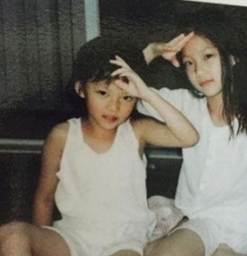 TWICE's Jungyeon and her sister Gong Seung Yeon (Childhood photo)/ Dispatch