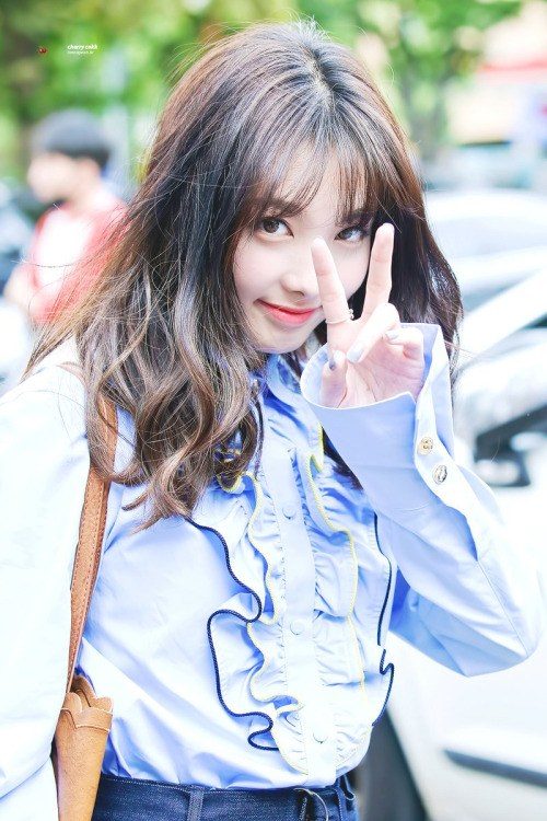 "Image: Nayeon putting up a ""V"" sign / Fan take photo, credited as tagged"