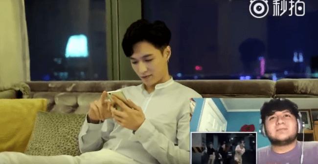 """Lay de EXO sonríe mientras observa a una de sus fans Groove al ritmo de su canción, """"¿Qué necesidad de U"""". / Fuente de la imagen: Cuenta Weibo de Lay"""