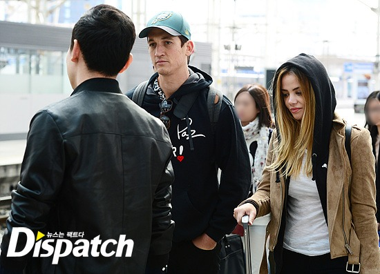 Miles Teller's model girlfriend Keleigh Sperry is also seen accompanying the two men as they returned from Busan / Image source: Dispatch