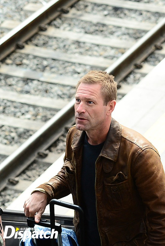 Aaron Eckhart looking up as he makes his way up the stairs / Image source: Dispatch