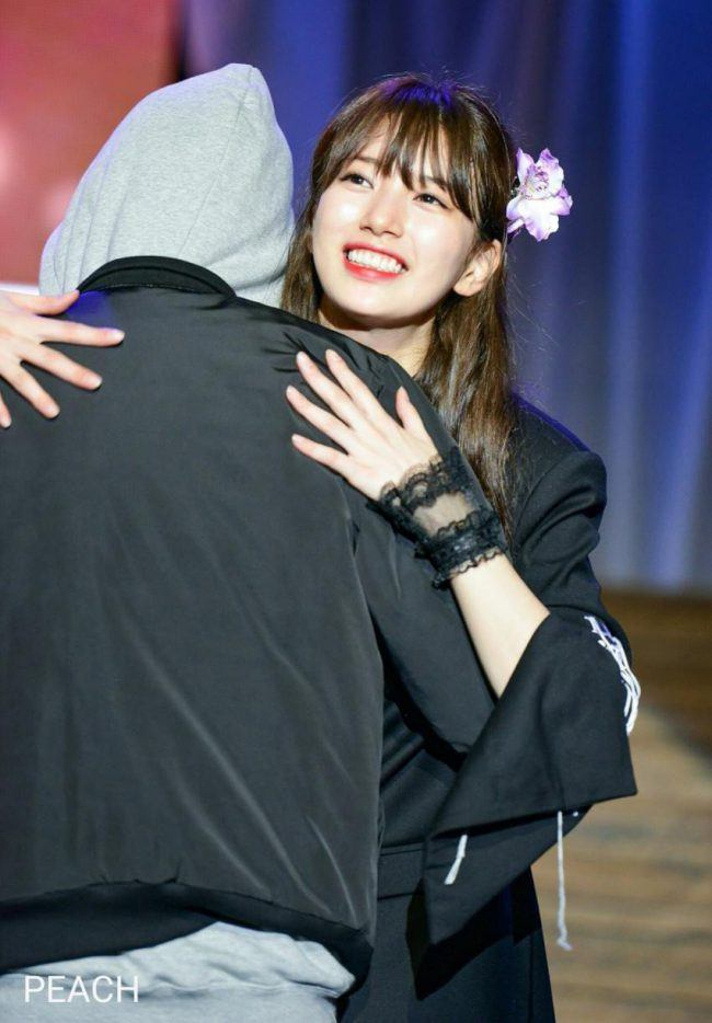 Suzy hugging a fan during a fansign // Source: Intz