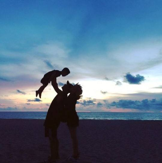 Haha and Byul playing with their son on the beach / Image Source: Byul's Instagram