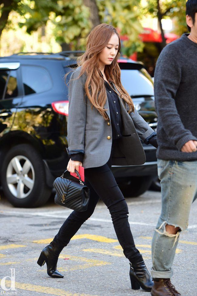f(x)'s Krystal looks like a fashionable career woman in black jeans, high-heeled boots and blazer.
