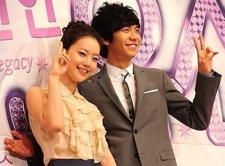 "Lee Seung Gi's ""hover hands"" for co-star Moon Chae Won"