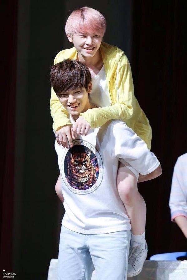 Woozi Семнадцать получает контрейлерных ездить от Mingyu / Pledis Entertainment