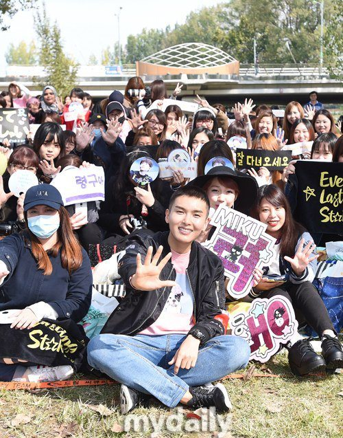 "Super Junior's Ryeowook takes pictures with their official fanclub, ""E.L.F.s"" before he enters the Army/ Image Source: MyDaily"