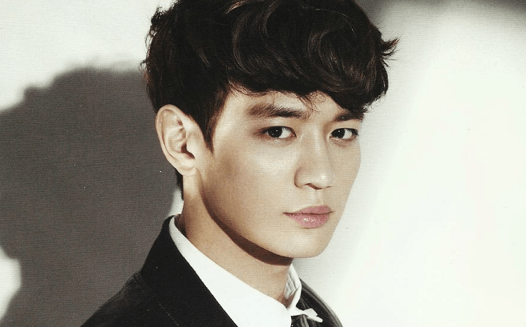Minho's attractive manly features have fans head over heels