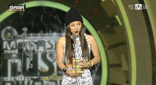 Lee hyori accepting prize at MAMA