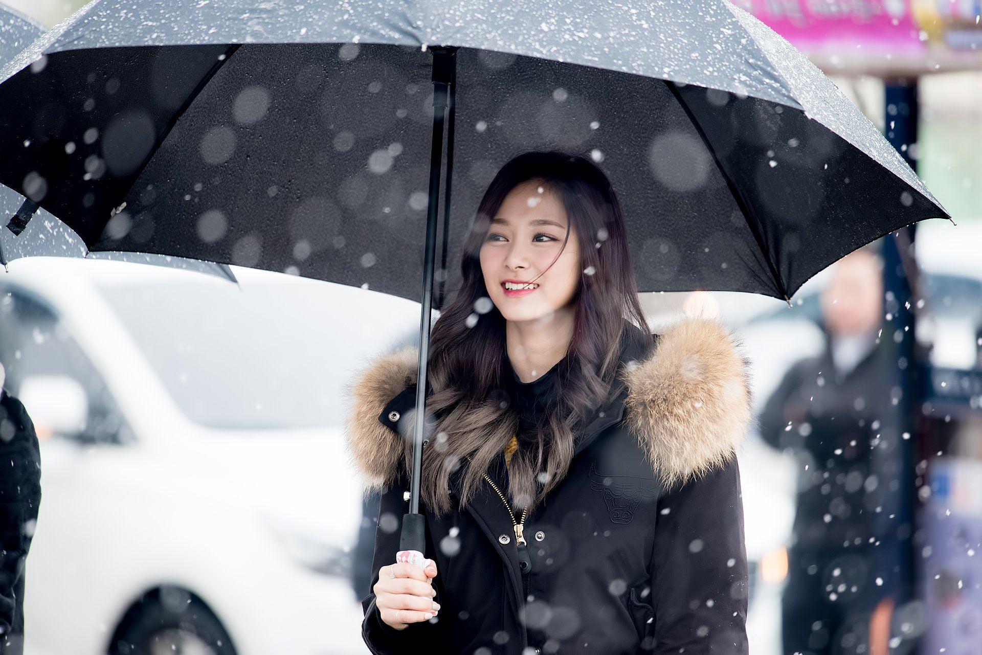 Fans capture heartwarming photos of TWICE during Korea's first snowfall - Koreaboo