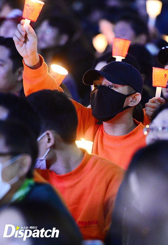 Yoo Ah In particpating in the candlelight protest / Image Source: Dispatch