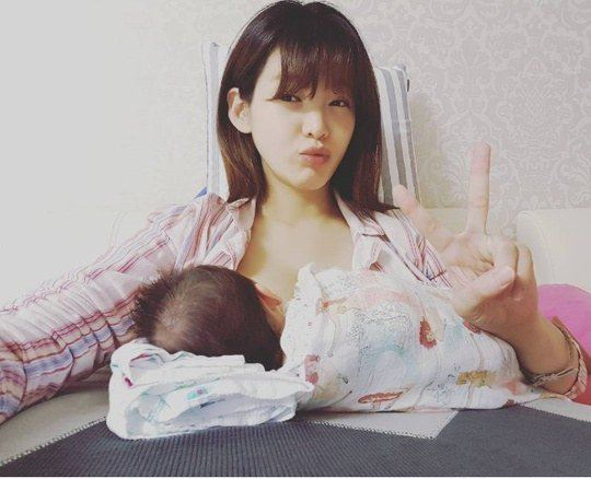 jung-ga-eun-breastfeeding