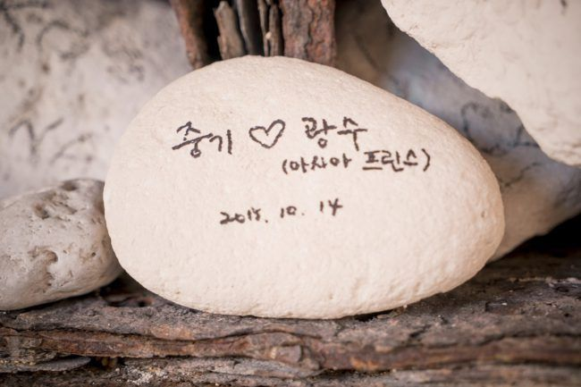 Song Joong Ki writes on stone to thank Lee Kwang Soo during filming for Descendents of the Sun